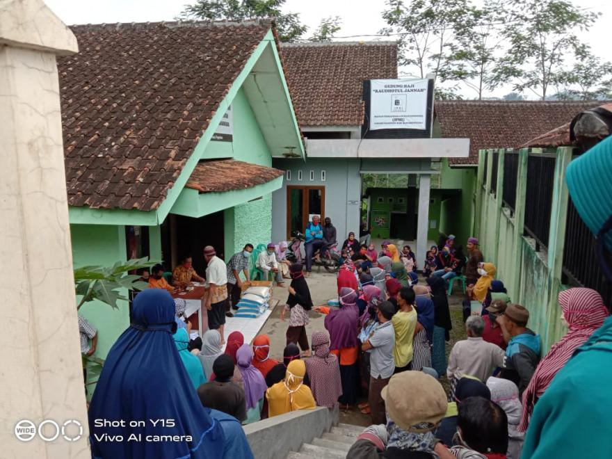 Ratusan Warga Desa Pagentan Menerima Bantuan JPS Prov. Jawa Tengah